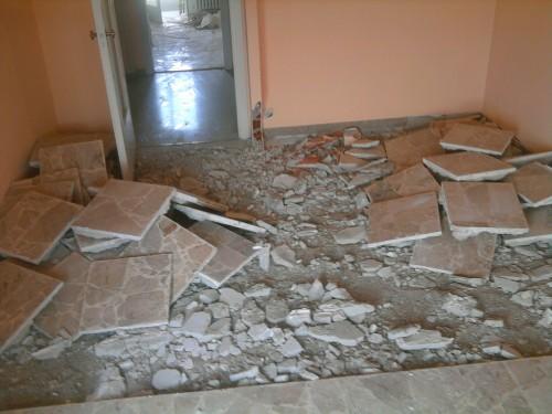 Rimozione pavimento boiserie in ceramica per bagno - Togliere colla piastrelle ...